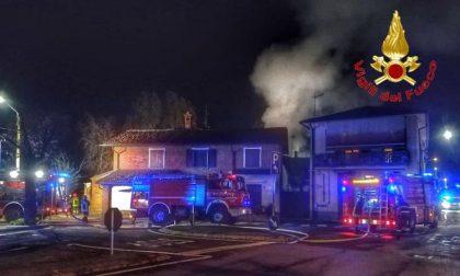 Incendio a Vigano, divorato dalle fiamme un fienile FOTO