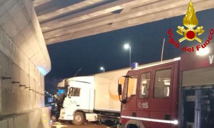 Incidente sulla A1, un tir finisce fuori strada: due feriti