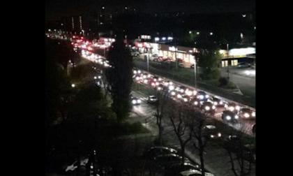 Auto si ribalta e abbatte un semaforo: traffico difficoltoso sulla Nuova Vigevanese