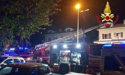 Incendio in mansarda, quattro mezzi dei vigili del fuoco in azione
