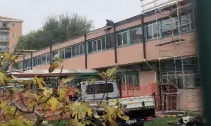 Lavori tetto scuola Salma, operai senza protezioni