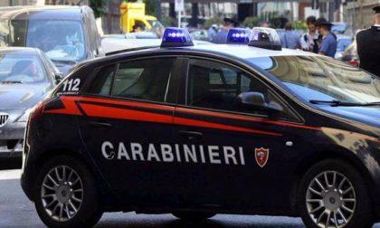 Minaccia vicini di casa con un coltello: arrestato 32enne