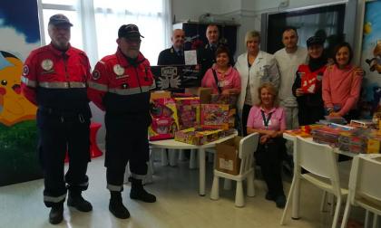 Vigilanza e volontari portano regali ai bambini ricoverati in ospedale