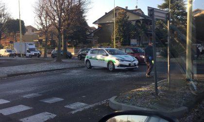 Tubo dell'acqua rotto alla rotonda, asfalto ghiacciato: polizia locale sul posto