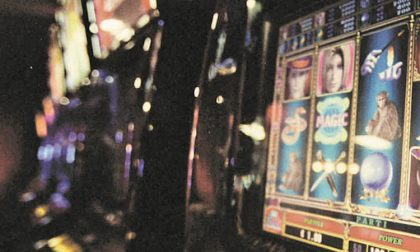 Gioco d'azzardo, multati due locali che avevano le slot machine accese