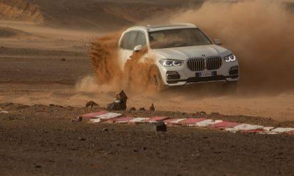 La nuova BMW X5 porta le curve di Monza nel Sahara