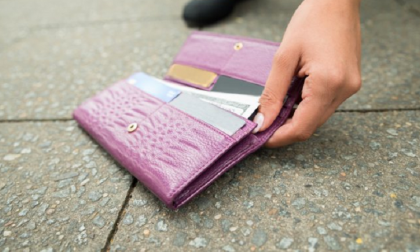 Perde il portafoglio, una prostituta lo consegna intatto ai carabinieri