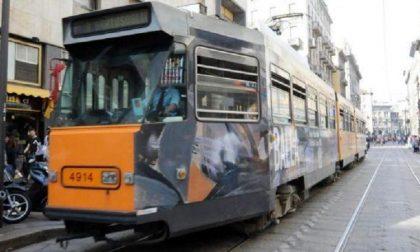 Malore alla guida del tram, il guidatore tampona due auto
