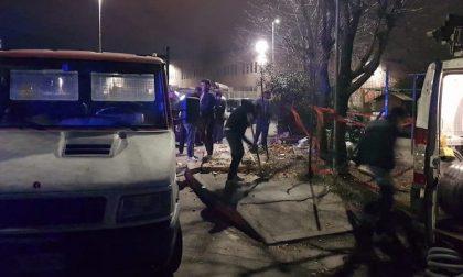 Incidente rotonda di via dei Lavoratori, abbattuta centralina elettrica del campo sinti FOTO