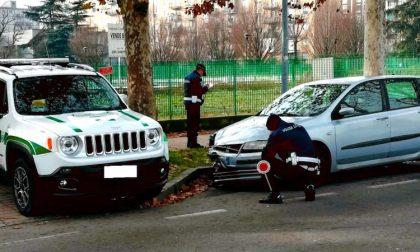Provoca incidente, ferisce anziano e scappa: la polizia locale lo trova