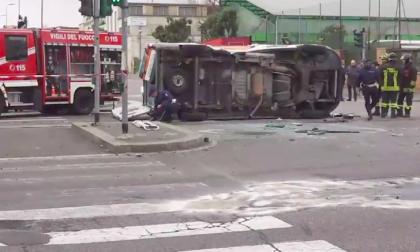 Incidente con ambulanza, rimasti feriti due soccorritori e un automobilista