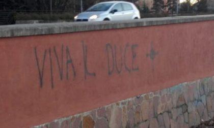 Scritte fasciste e svastiche sui muri appena ripuliti da Retake FOTO