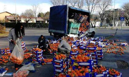 Camioncino perde carico in mezzo alla strada, i minori profughi raccolgono tutto