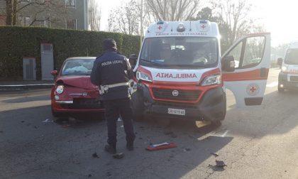 Scontro tra un'ambulanza e un'auto in via della Costituzione FOTO