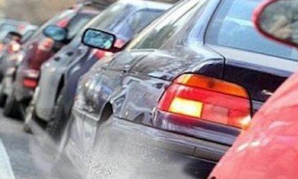 Auto va a sbattere e blocca la strada: traffico paralizzato in via Romagna