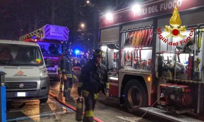 Incendio nelle cantine, 30 famiglie evacuate nella notte