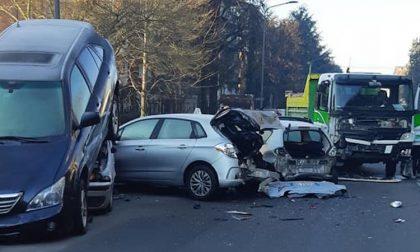 Incidente all'incrocio, camioncino sfascia sei auto posteggiate FOTO