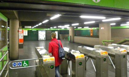 Scavalcano i tornelli della metro e pestano agente che li ferma