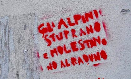 """Scritte contro alpini in via Padova: """"Stuprano e molestano"""""""