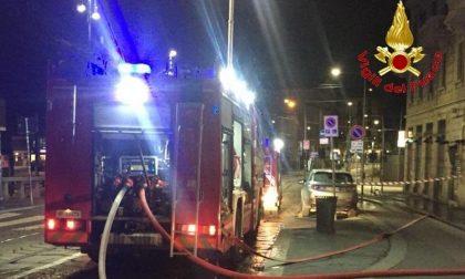 Violento incendio sul tetto, palazzo evacuato dai pompieri FOTO