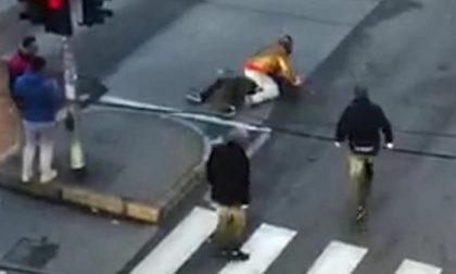 Accoltellato in strada, i passanti riprendono la scena con i telefonini