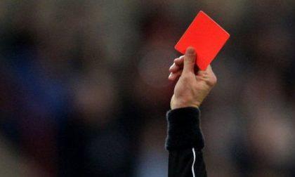 Mister e giocatori squalificati per tre anni: insulti, spinte e manate all'arbitro