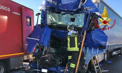 Incidente mortale sulla A4, scontro auto camion FOTO