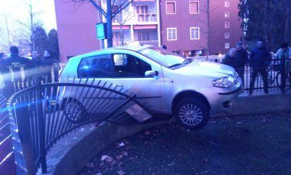 Malore alla guida, auto si schianta contro ringhiera