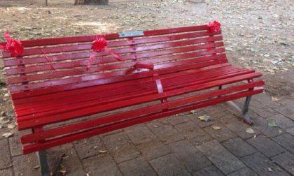 Festa della donna, la Croce rossa dipinge una panchina rossa contro la violenza