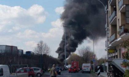 Autobus a fuoco a San Donato | Maxi emergenza: trasportava bambini FOTO e VIDEO