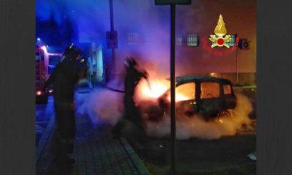 Due mezzi di Poste Italiane in fiamme a Rozzano