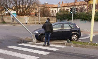 Auto abbatte semaforo in via Garibaldi a Buccinasco FOTO