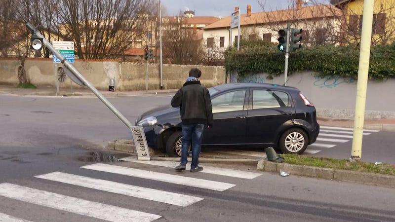 Auto abbatte semaforo