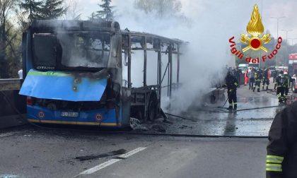 Bus incendiato, gesto folle o atto terroristico? FOTO