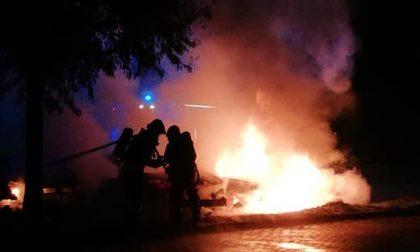 Violento incendio nella notte: quattro auto avvolte dalle fiamme FOTO