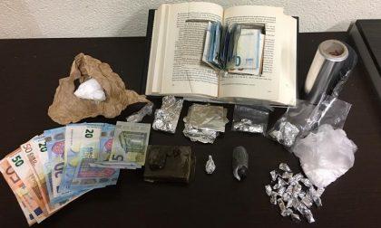 Droga nascosta dentro libro: arrestati due spacciatori