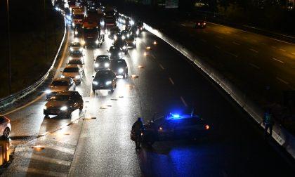 Attraversa l'autostrada A1 a piedi: travolto e ucciso da una macchina