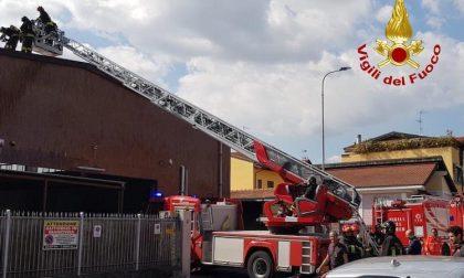 Incendio sul tetto di un'autorimessa: tre squadre dei vigili sul posto FOTO