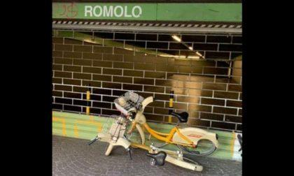 Bici BikeMi legate alla serranda: bloccata uscita della metro a Romolo