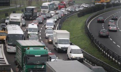 Diversi incidenti tra autostrada e Tangenziale: cinque feriti e traffico in tilt