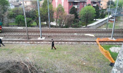 Si sdraia sui binari, investito dal treno: morto un ragazzo di 23 anni