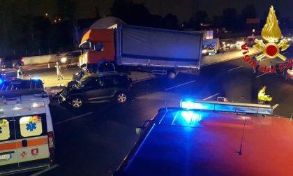 Camion invade la carreggiata opposta sulla A8: cinque feriti