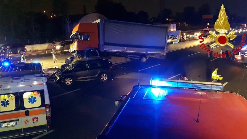 Camion invade la carreggiata