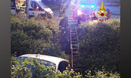 Auto finisce fuori strada e precipita nel fossato FOTO