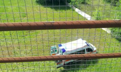 Si butta dal ponte dopo essersi fermato con l'auto in Tangenziale