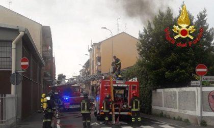 Incendio in azienda: tre automezzi dei vigili del fuoco sul posto