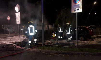 Un camper e due auto incendiate nella notte FOTO
