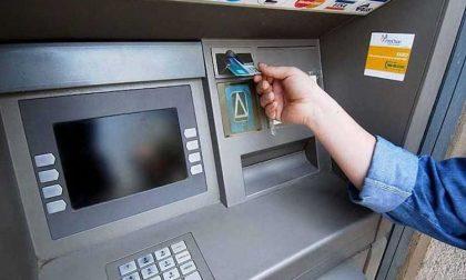 Cercano di prelevare con il bancomat rubato: beccati grazie agli sms