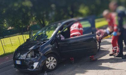 Camion fa retromarcia e provoca incidente: donna ferita nell'impatto