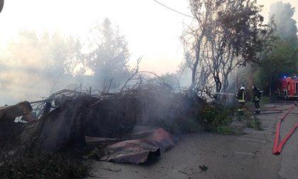 Violento incendio a Milano: fumo visibile a chilometri di distanza FOTO